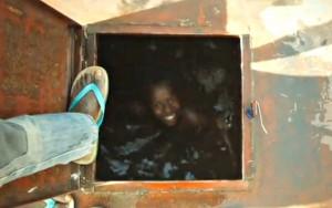 Nen-etiop-dins-del-diposit-aigua-wukro-1